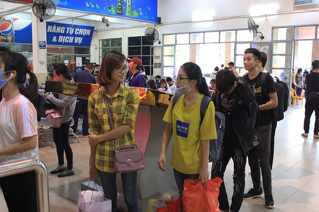 Hà Nội: Tắc kinh hoàng khi người dân đổ về quê nghỉ lễ - 14