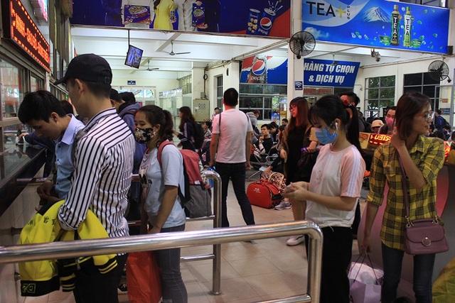 Hà Nội: Tắc kinh hoàng khi người dân đổ về quê nghỉ lễ - 15