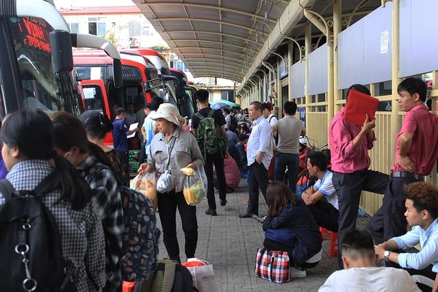 Trong bến xe, mặc dù đã mua được vé nhưng hành khách vẫn phải đợi xe xuất bến vì nhu cầu xe khách tăng đột biến trong ngày hôm nay và dự báo cả những ngày sắp tới, trước 30/4.