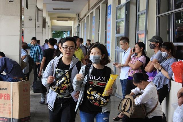 Hà Nội: Tắc kinh hoàng khi người dân đổ về quê nghỉ lễ - 17