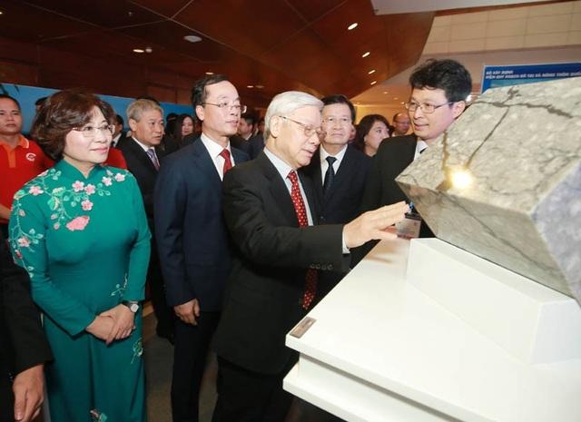 Tổng Bí thư bày tỏ sự quan tâm với những sản phẩm mới, kỹ thuật cao, làm nên những thương hiệu nội của Việt Nam