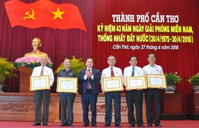 Ông Trần Quốc Trung - Bí thư Thành ủy Cần Thơ trao huy hiệu 55 tuổi đảng cho các vị lão thành cách mạng