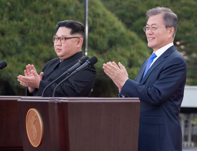 Hai nhà lãnh đạo Triều Tiên và Hàn Quốc tại hội nghị thượng đỉnh liên Triều ngày 27/4 (Ảnh: Reuters)