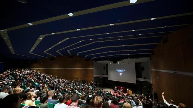 Vị tỷ phú trong buổi gặp gỡ với sinh viên ĐH Harvard ngày 26/4 vừa qua (Ảnh: News.harvard.edu)