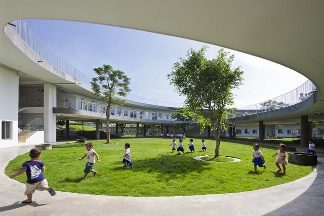 Tòa nhà được thiết kế trên một dải đất hẹp chạy dài với hai bên cửa sổ có thể tạo tối đa sự thông gió và chiếu sáng tự nhiên. Ngoài ra, kiến trúc và phương pháp tiết kiệm năng lượng đã được áp dụng một cách hoàn toàn và không giới hạn bao gồm: mái nhà màu xanh lá cây để cách nhiệt, mặt tiền màu xanh lá cây để tạo bóng mát và làm nóng nước bằng năng lượng mặt trời. Những thiết bị này được thiết kế rõ ràng và đóng vai trò quan trọng trong việc giáo dục bền vững cho trẻ em. Nước thải nhà máy được tái chế để tưới cây xanh và xả nước cho nhà vệ sinh.