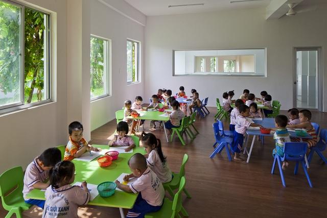 Kết quả là, nhà trẻ hoạt động tốt mà không cần máy điều hòa không khí trong lớp học. Theo ghi nhận đưa ra 10 tháng sau khi hoàn thành, tòa nhà tiết kiệm 25% năng lượng và 40% lượng nước so với kiểu xây dựng thông thường, từ đó giảm chi phí hoạt động rất lớn.