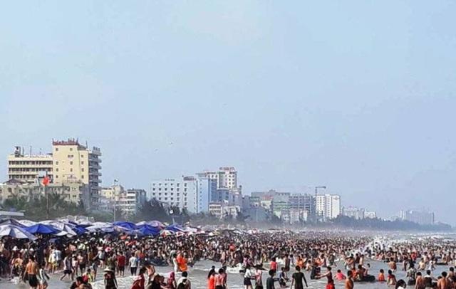Biển người chen chúc trên các bãi tắm ở Sầm Sơn trong ngày đầu nghỉ lễ - 6