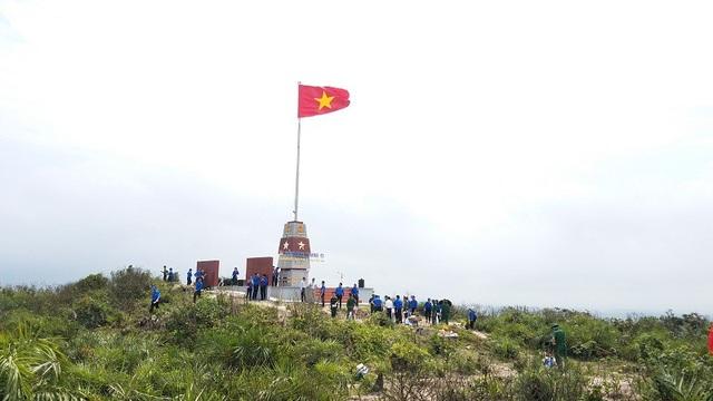 Công trình Cột cờ đảo Hòn La có chiều cao trên 22,6m, được xây dựng trong khuôn viên gần 164m2 với tổng kinh phí gần 1,2 tỷ đồng