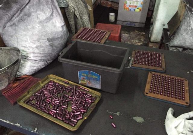 Công an thành phố Hải Phòng triệt phá địa điểm sản xuất thuốc ung thư làm từ bột than tre (Ảnh: An Nhiên)