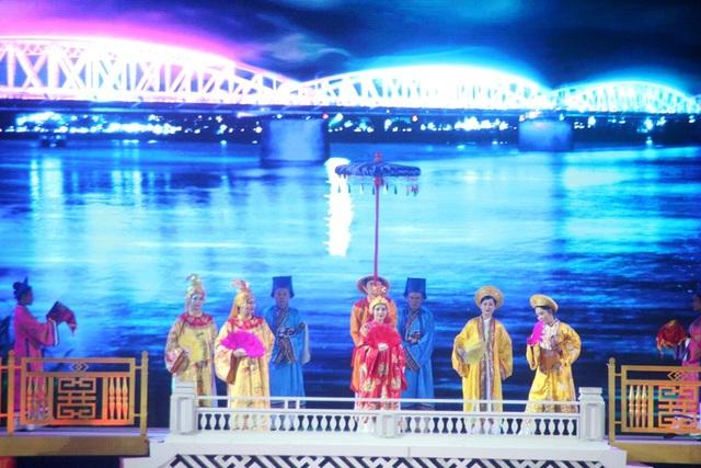Khung cảnh cung đình vàng son xứ Huế được tái hiện trên dòng sông Hương