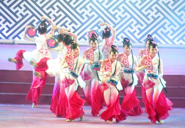 Đoàn nghệ thuật Chiết Giang Trung Quốc với những điệu múa nhanh và tuyệt đẹp