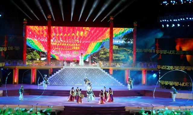 Với tiếng kèn, trống, những cái lắc đầu tạo nên chuyển động dải lụa, đoàn Hàn Quốc được tán dương