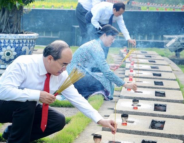 Thắp nén hương tưởng nhớ các anh hùng liệt sĩ đã hy sinh vì độc lập dân tộc và thống nhất đất nước