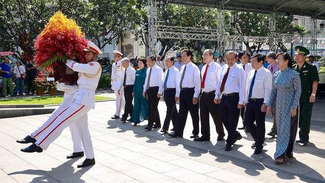 Cũng trong sáng nay, đoàn đại biểu TPHCM đến dâng hoa tưởng niệm Chủ tịch Hồ Chí Minh tại công viên Tượng đài Chủ tịch Hồ Chí Minh.