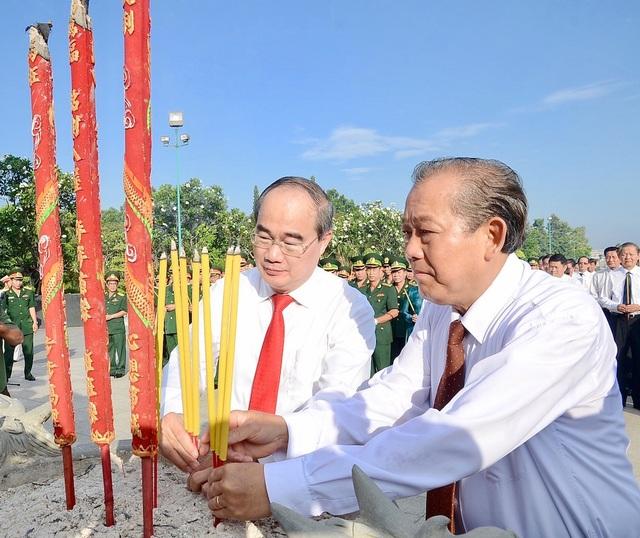 Phó Thủ tướng Thường trực Trương Hoà Bình và Bí thư Thành uỷ TPHCM Nguyễn Thiện Nhân dâng hương tưởng nhớ các anh hùng liệt sĩ