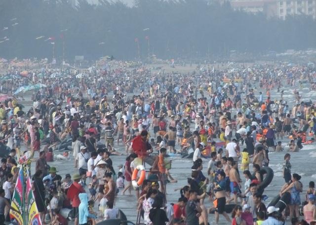 Ngay trong ngày đầu nghỉ lễ, bãi biển Sầm Sơn đã ken đặc người