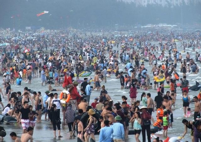 Hình ảnh quen thuộc trên các bãi tắm Sầm Sơn những năm gần đây