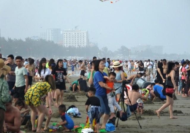 Mặc dù thời tiết chưa nắng nóng nhưng Sầm Sơn vẫn thu hút hàng vạn người dân và du khách về nghỉ mát