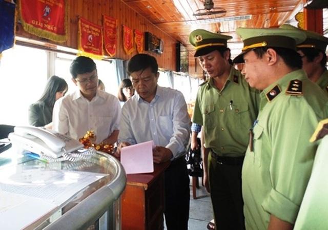 Ông Nguyễn Hữu Hoài, Chủ tịch UBND tỉnh Quảng Bình trong một lần đi kiểm tra tình trạng niêm yết giá tại các nhà hàng, khách sạn