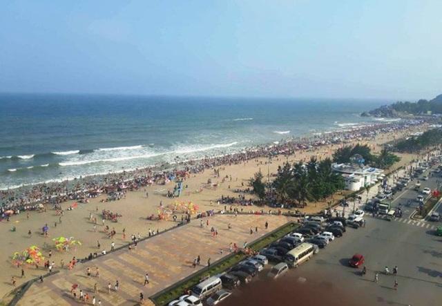 Năm 2017, có những thời điểm, bãi biển Sầm Sơn thất thủ do lượng du khách quá đông