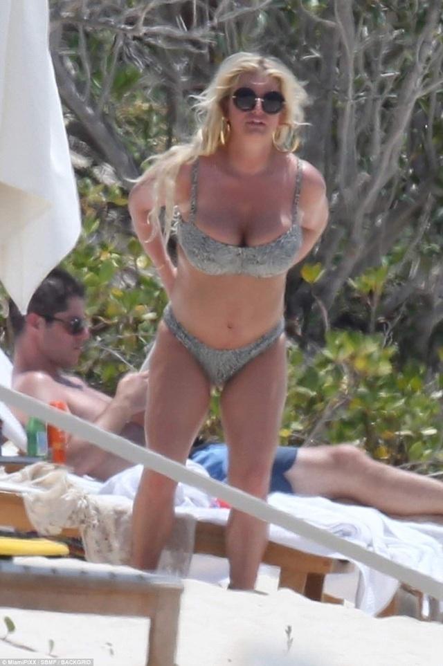 Jessica Simpson gợi cảm với áo tắm trên bãi biển Bahamas ngày 27/4 vừa qua
