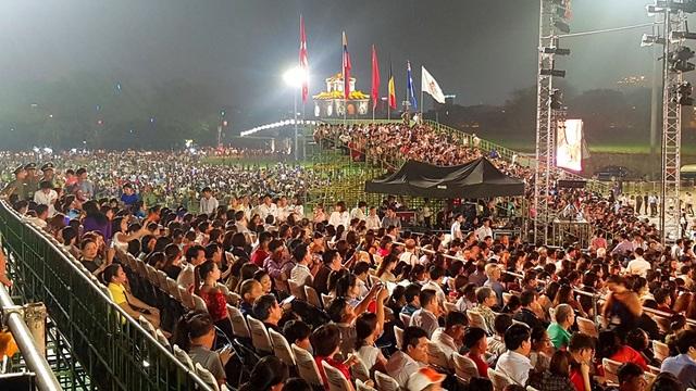 Hơn 2 vạn khán giả đến xem đêm khai mạc