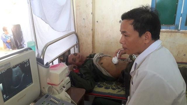Nhân viên y tế khám bệnh cho người dân vùng biên giới