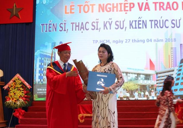 Mẹ của học viên Phương Linh xúc động khi lên nhận bằng thạc sĩ danh dự cho con gái mình