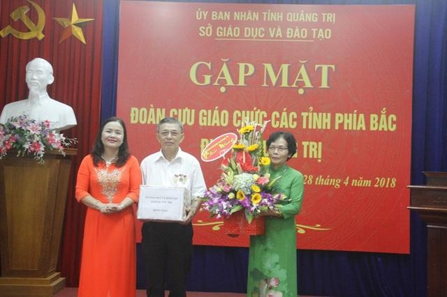 Ngành giáo dục Quảng Trị tặng hoa chúc mừng các cựu giáo viên
