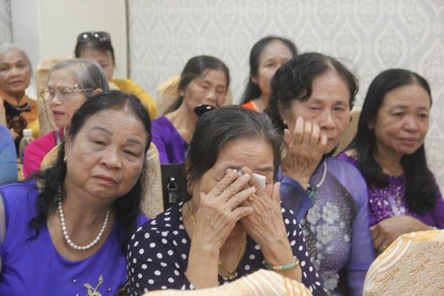 Nhiều nhà giáo không cầm được nước mắt