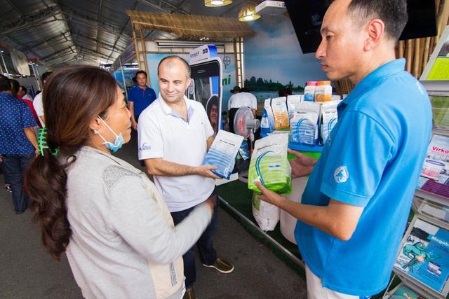 Ông Sylvain Paul Lacledere, Giám đốc bộ phận Thuốc Thú y – thủy sản, nhánh Khoa học Cây trồng, Bayer Việt Nam trao đổi với người nuôi tôm các giải pháp tiên tiến của công ty và kinh nghiệm quản lý ao nuôi hiệu quả.