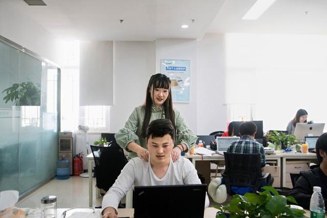 Shen Yue mát-xa cho một nhân viên lập trình nam tại một công ty khởi nghiệp ở Trung Quốc.
