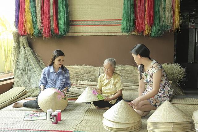 Không gian tái hiện các làng nghề truyền thống của Đồng Tháp như làng hoa Sa Đéc, làng chiếu Định Yên, làng chổi Tháp Mười, đóng xuồng Lai Vung cũng trở thành điểm dừng chân thú vị.