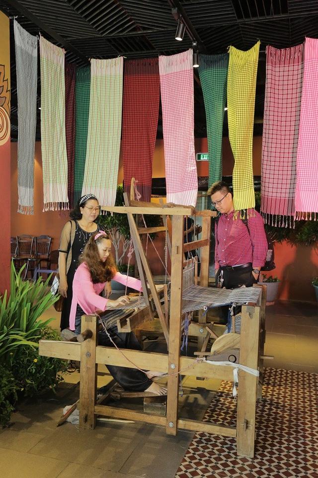 Tại đây, khách tham quan được trực tiếp trải nghiệm các hoạt động sản xuất đặc trưng của các làng nghề, hiểu hơn về nếp sinh hoạt, lao động của người dân vùng Đồng Tháp Mười.