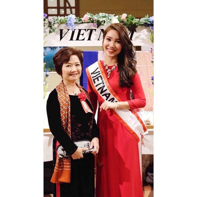 Cô gái tài sắc Nguyễn Quỳnh Anh (bên phải) hiện là sinh viên ngành Quan hệ quốc tế trường ĐH Quốc tế Tokyo.
