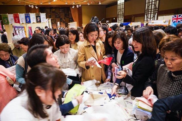 Cô gái Việt tài sắc nổi bật tại Hội chợ từ thiện phụ nữ Châu Á Thái Bình Dương - 7
