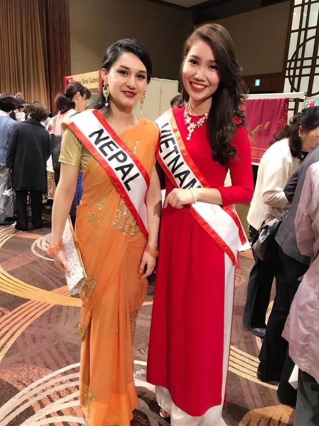 Gương mặt khả ái, chiều cao nổi bật và nụ cười tươi rói của thiếu nữ Việt gây chú ý với bạn bè quốc tế.