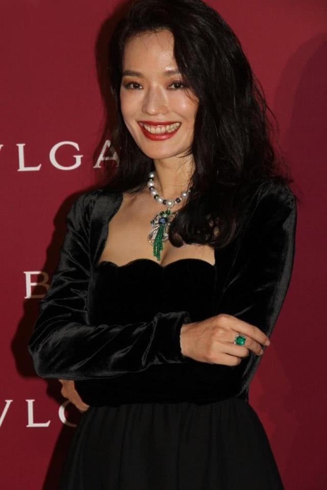 Thư Kỳ tham dự một sự kiện tại Bắc Kinh, Trung Quốc, tối qua 27/4. Nữ diễn viên 42 tuổi diện một chiếc váy có kiểu dáng thanh lịch, cổ điển.