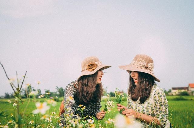 """Cao Hoàng Ngọc Hà và Lê Thị Thùy Trang cùng sinh năm 1994. Hai cô gái trẻ lớn lên cùng nhau tại mảnh đất Quảng Bình với """"đặc sản"""" gió Lào cát trắng. Lên lớp 7, Trang và Hà mới chọc chung với nhau, đến nay đã được 11 năm tình bạn."""