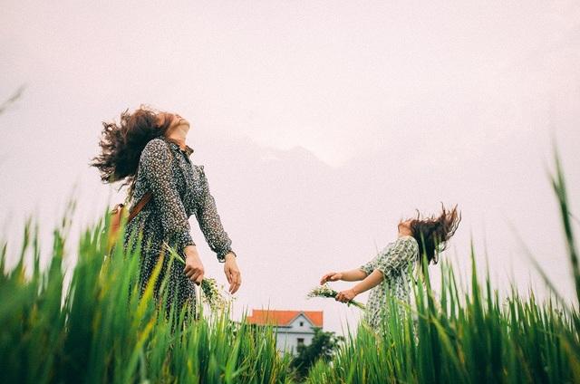 Hai bạn đã nhờ nhiếp ảnh Trần Hoài Thanh lưu giữ những khoảnh khắc tình bạn đẹp bình dị bên cánh đồng của quê hương, từng một thời gắn bó với tuổi thơ.