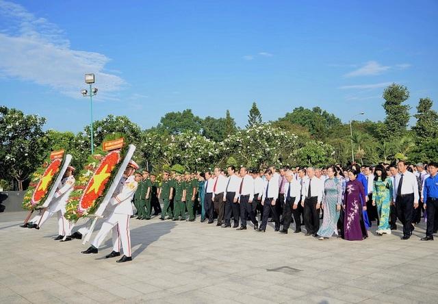 Đoàn đại biểu TPHCM viếng Nghĩa trang TP nhân kỷ niệm 43 năm ngày giải phóng miền Nam, thống nhất đất nước