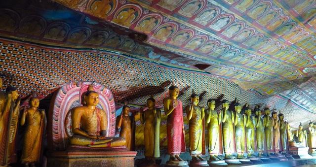 Bước chân vào khu hang động khổng lồ chứa hàng chục bức tượng Phật dát vàng - 7