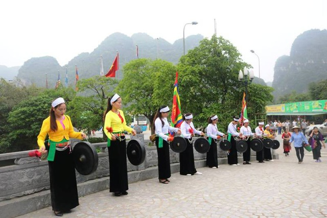 Cồng chiêng của đồng bào các dân tộc huyện Nho Quan (Ninh Bình) năm nay cũng được Ban tổ chức lễ hội quy tụ về biểu diễn tại lễ hội Tràng An, làm cho lễ hội đa sắc màu văn hóa của các dân tộc Việt Nam.