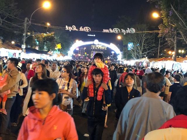 Hàng ngàn du khách dạo bộ tại chợ đêm Đà Lạt