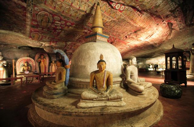 Bước chân vào khu hang động khổng lồ chứa hàng chục bức tượng Phật dát vàng - 6