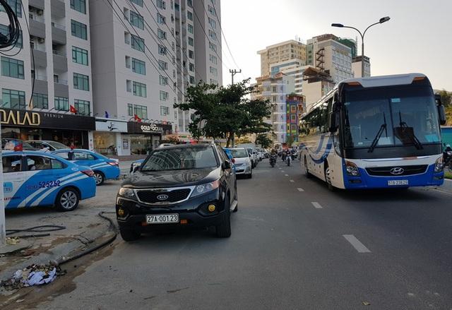 Loạt ô tô ngang nhiên đậu đỗ trên lòng đường trước một chung cư trên đường Phạm Văn Đồng, Nha Trang, chiều 28/4