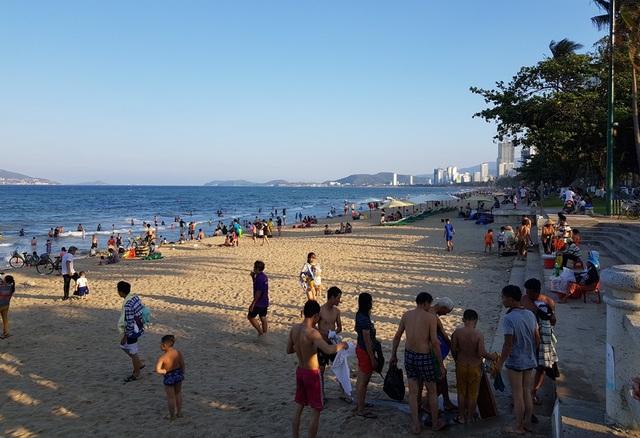 Nha Trang: Bãi biển đông nghịt người trong ngày đầu dịp lễ 30/4-1/5 - 1