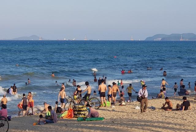 Nha Trang: Bãi biển đông nghịt người trong ngày đầu dịp lễ 30/4-1/5 - 3