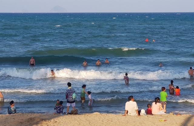 Bãi biển Nha Trang thường đón đông khách vào các dịp lễ lớn