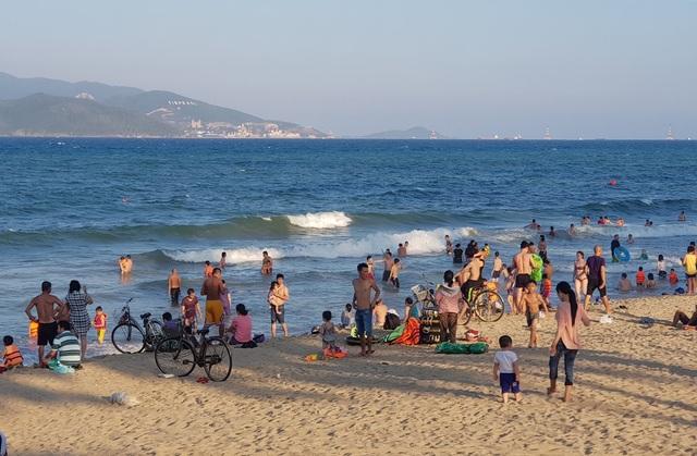 Dự báo, trong những ngày nghỉ tiếp theo, du khách đổ về Nha Trang càng đông